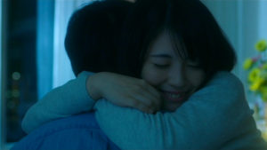 映画「君の膵臓をたべたい」病室桜良ハグ画像1