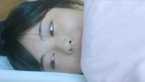 映画「君の膵臓をたべたい」布団の中で泣く桜良画像