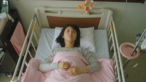 映画「君の膵臓をたべたい」ベッドに横たわる桜良画像