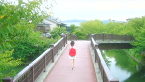 映画「君の膵臓をたべたい」橋走る桜良画像