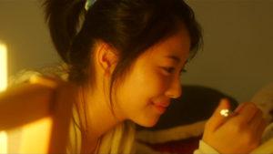 映画「君の膵臓をたべたい」共病文庫に書く桜良画像